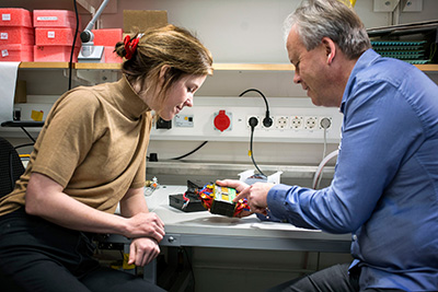 Two researchers, Mats Danielsson, and Moa Yveborg, sitting in a lab.