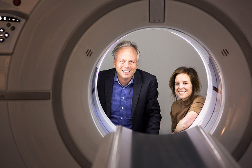 Two researchers, Mats Danielsson and Moa Yveborg, look in through a computer tomograph.
