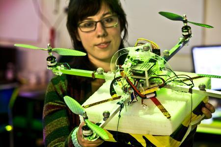 Johanna Orihuela Swartling-med-quadrocopter.jpg